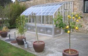 Adoptez une serre de jardin pour cultiver les joies du - Serre de jardin adossee au mur ...