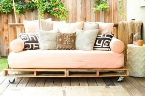 La palette en bois transformée en canapé terrasse