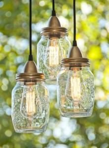 Un bocal en verre récupéré pour des lanternes en extérieur
