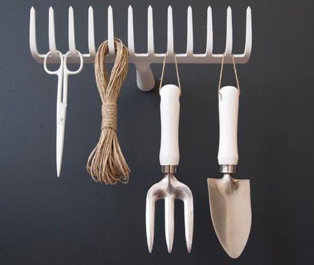 un râteau permet d'accrocher d'autres outils de jardinage