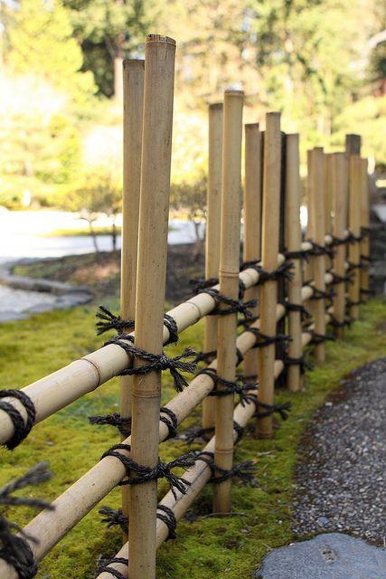 une barrière en bambous pour délimiter le jardin