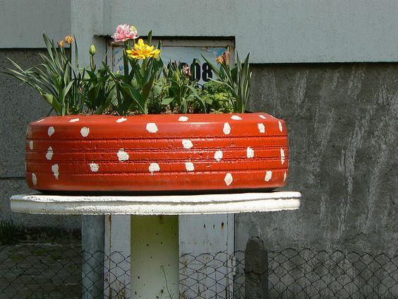 la jardinière en pneu est une astuce DIY facile