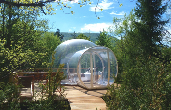 Un hébergement en bulle transparente au coeur de la nature - Crédit photo www.bullestransparentesrhonealpes.com