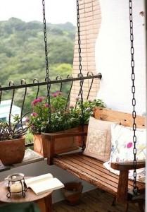 Un balcon aménagé avec une balancelle