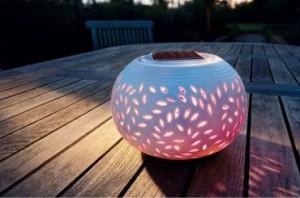 Lampe solaire décorative déposée sur la table de jardin