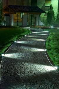 chemin éclairé illuminé pendant la nuit