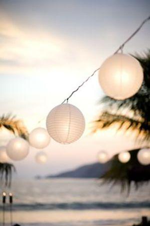 guirlande lumineuse en boules chinoises sur la plage