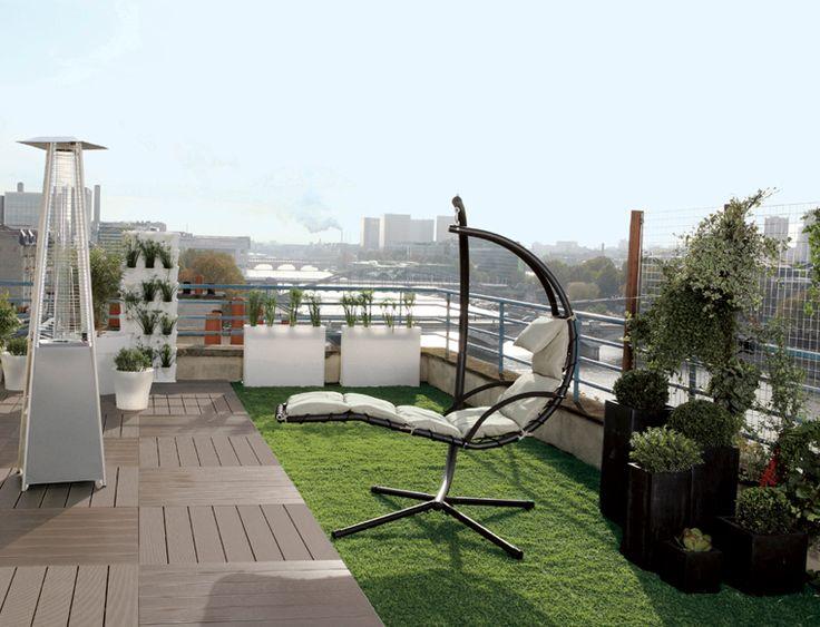 Terrasse sur les toits avec dalles composites et gazon artificiel