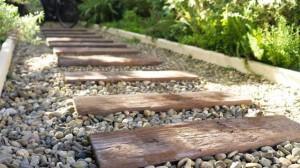 planche en bois pour une allée de jardin