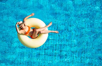 Les 10 accessoires indispensables pour la piscine !