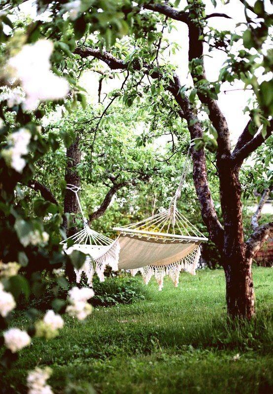 Hamac accroché aux arbres dans le  jardin