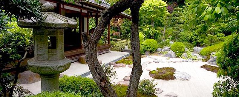 jardin japonais avec une allée de sable biner ratissé et un kiosque à thé