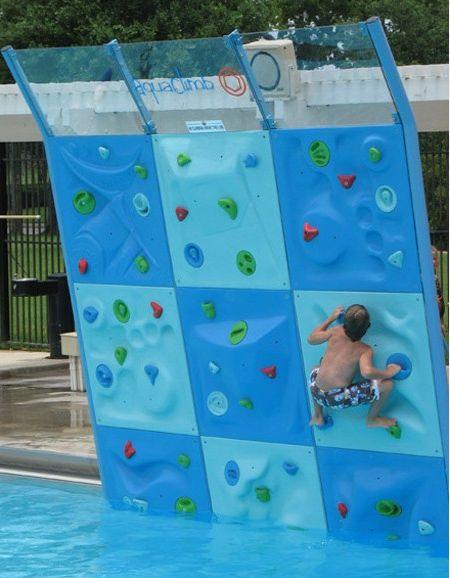 un mur d'escalade pour enfants dans la piscine