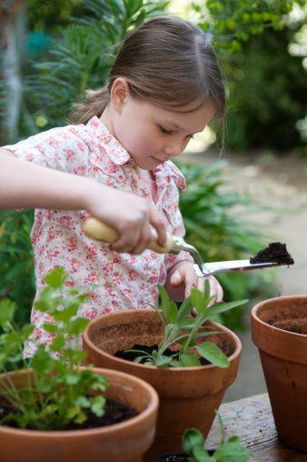 une fillette jardine