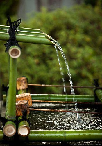une fontaine faite en bambous