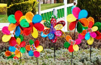 Moulins à vent colorés dans le jardin