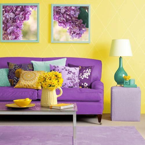 un canapé violet et un mur jaune