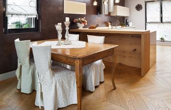 Cuisine ouverte avec table à manger en bois