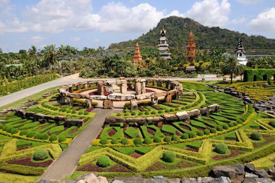 Les allées vertes et graphiques du Parc Nong Nooch en Thaïlande