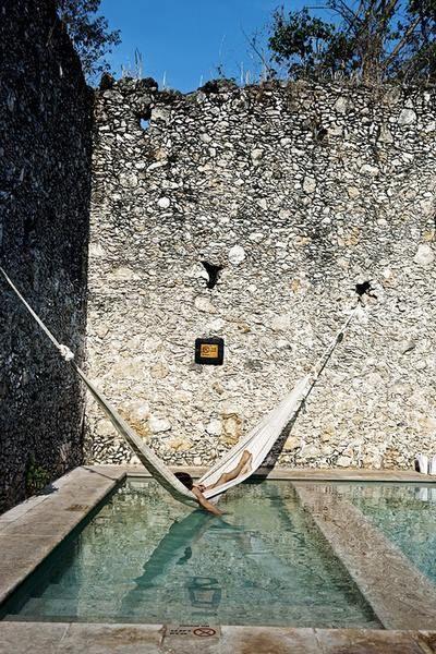 Un hamac au dessus de la piscine