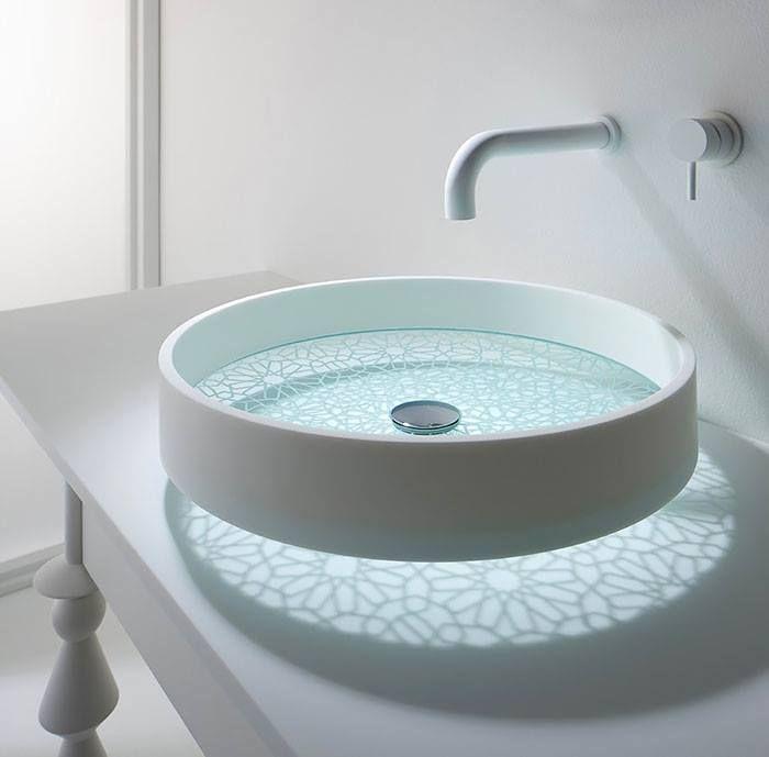 Un évier design au fond transparent à motifs