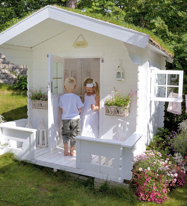 2 enfants jouent dans une cabane de jardin