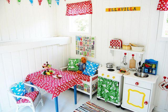 Intérieur d'une cabane pour enfants, peinture blanche et touches colorées