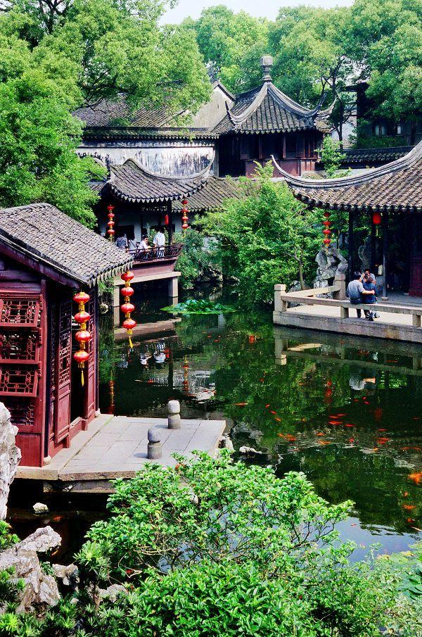 Maisonnettes chinoises et eau calme dans les jardins Suzhou