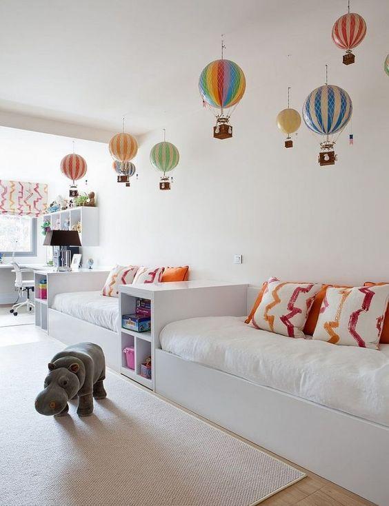 chambre enfant murs blancs décoration colorée
