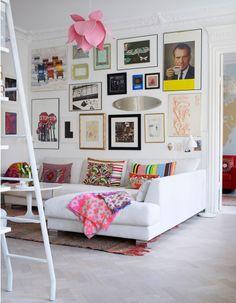 Décoration murs blancs beaucoup tableaux couleurs fluo