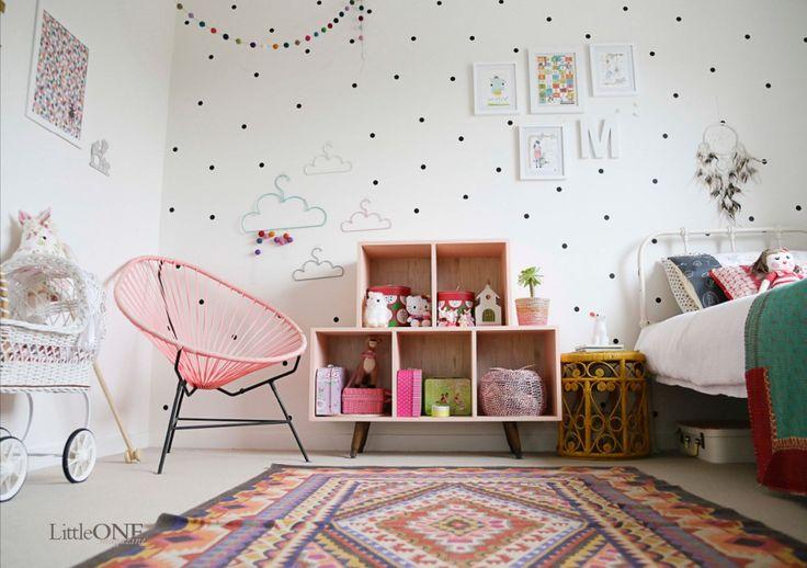 chambre murs blancs et noirs pois couleurs