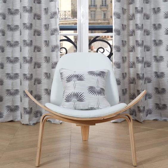 rideaux assorti au coussin à motifs modernes