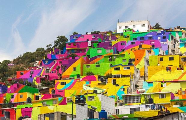 Quartier arc en ciel avec façades multicolores au Mexique