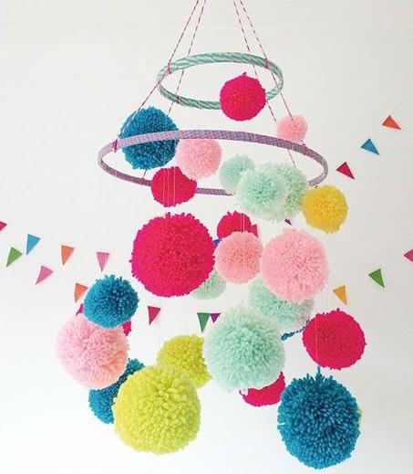 mobile bébé pompons DIY déco colorée