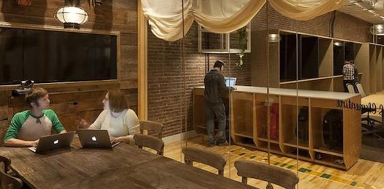 Les locaux d'entreprise Airbnb avec des cabanes de réunion