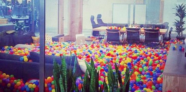 une piscine à boules à l'entreprise Facebook