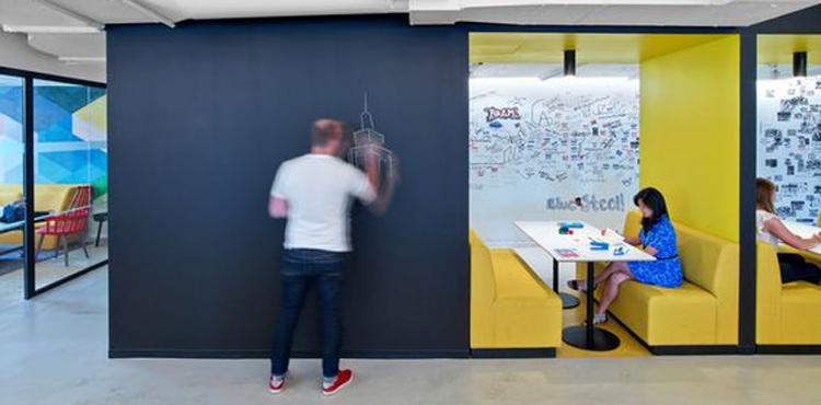 Les bureaux créatifs de LinkedIn avec des tableaux géants