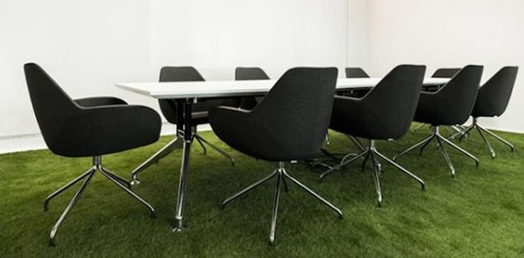 salle de réunion avec du gazon synthétique chez One Football