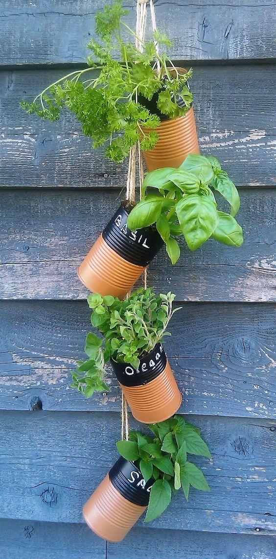 une suspension de pots de fleurs DIY avec des boîtes de conserve