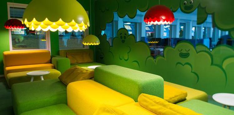 canapés colorés pour la salle de pause de Candy Crush