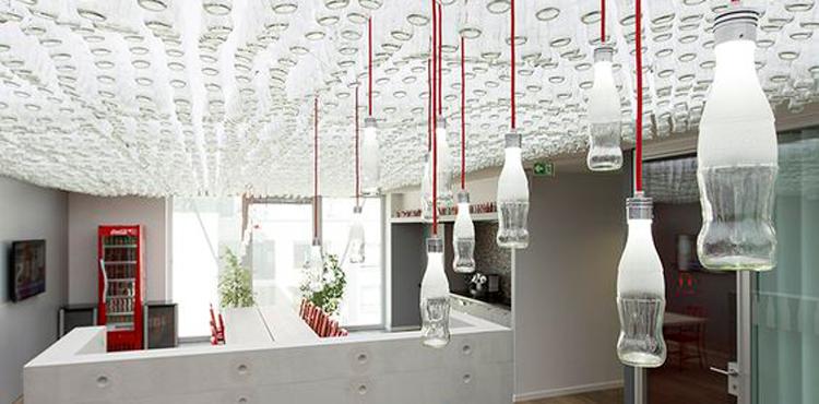 Des bouteilles Coca-Cola au plafond dans l'entreprise en décoration