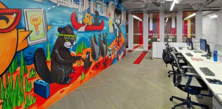 L'open-space coloré de l'entreprise LinkedIn avec des graffs au mur