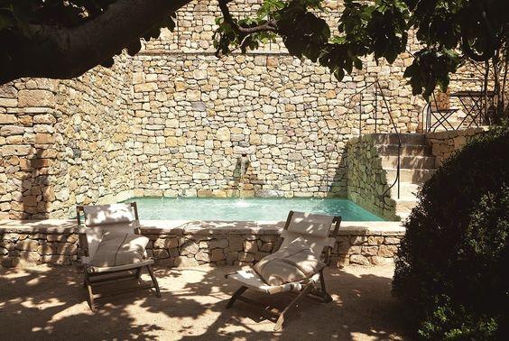 ambiance 100% naturelle au bord de cette piscine en pierres