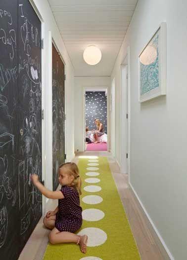 un couloir aménagé en salle de jeux pour enfants