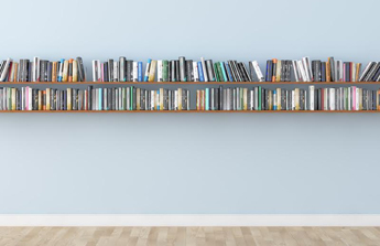 un couloir repensé en bibliothèque