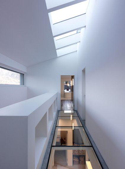 couloir étroit ouvert sur l'extérieur du sol au plafond