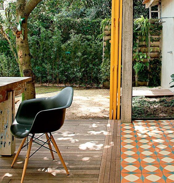 un double revêtement de sol, bois et carreaux en ciment