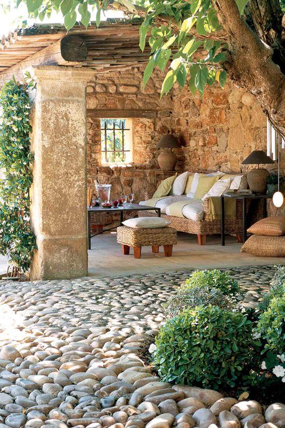 un chemin en cailloux arrondis pour mener à un patio cosy
