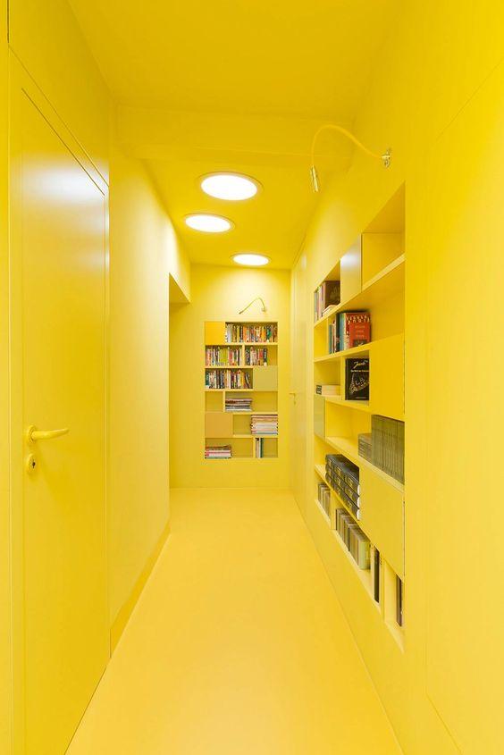 couloir jaune poussin entièrement peint