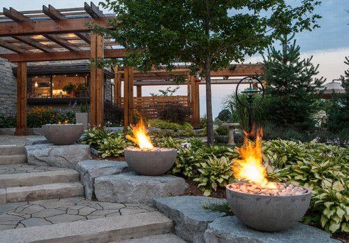 L'escalier en pierres mène bordé de lanternes en feu à une terrasse cocooning